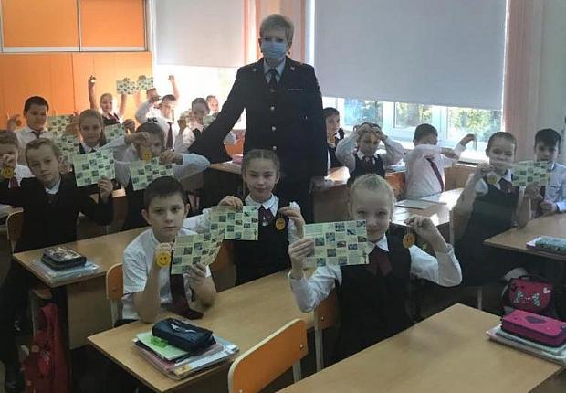 Устьлабинским школьникам подарили светоотражающие брелоки