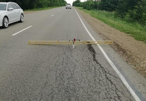 В Усть-Лабинском районе проверили состояние дорожного покрытия