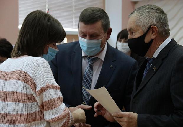 Сергей Запорожский наградил молодых депутатов Усть-Лабинского района