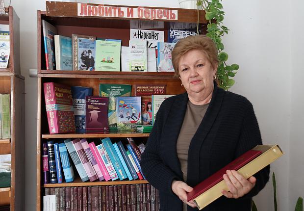 Сергей Запорожский поздравил библиотекаря с 45-летним стажем работы