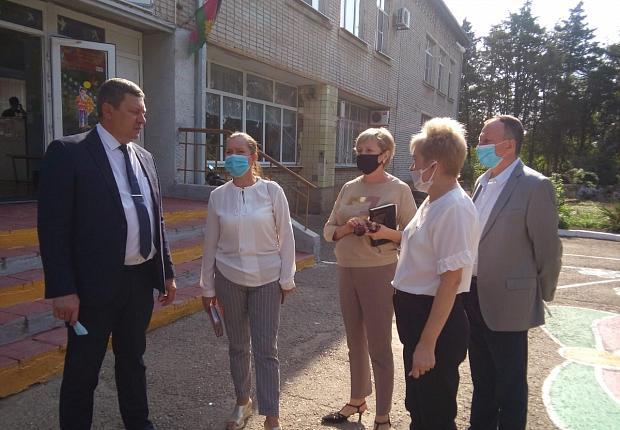 Глава Усть-Лабинского района проверил учебные и медицинские учреждения